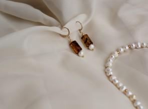 Auskrai su perlais ir gintaru