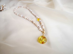 Pearl necklace with amber
