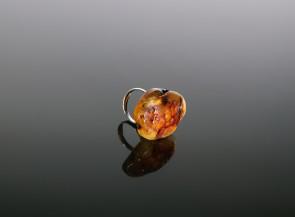 Sidarbinis žiedas su gintaro gabaliuku