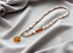 Perlų vėrinys su gintaru
