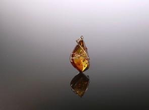 Konjako spalvos gintaro pakabukas su auksu