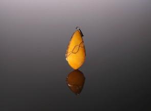 Medaus spalvos gintaro pakabukas su auksu