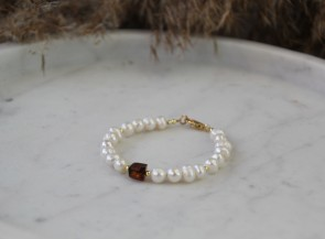 Pearl bracelet with amber
