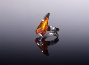 Gintaro žiedas su sidabru