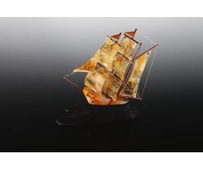 Gintarinis laivas su medžiu