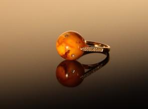 """Auksinis žiedas """"Polalis"""" su gintaru, rubinu, safyru ir briliantais"""