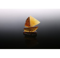 Gintarinė statulėlė - laivelis